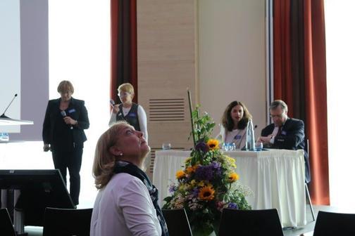 tlumočení na mezinárodním sympoziu v Kolíně - červen 2017 (MUDr. Zobanová - Vliv optimální korekce na progresi celkového psychomotorického vývojeu vícečetně postiženého dítěte)